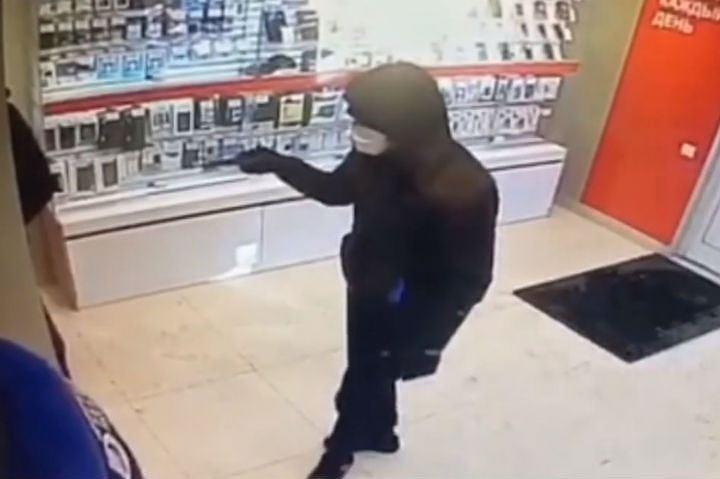 Преступник, угрожая пистолетом, напал на салон сотовой связи