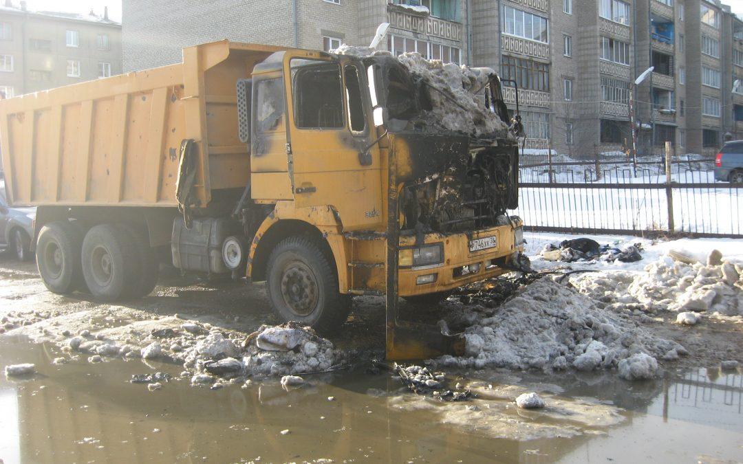 «Перегорел» на работе: в Ангарске вспыхнул автомобиль, убирающий снег(видео)