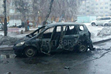 Honda Fit подожгли ночью 10 апреля в Ангарске(видео)