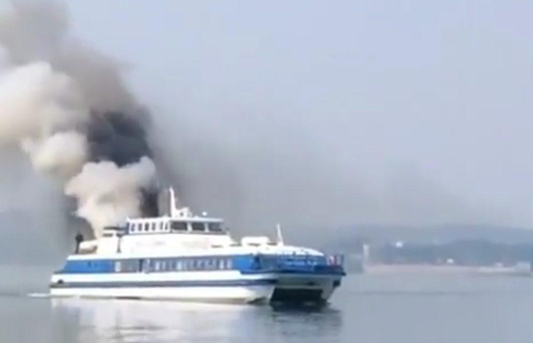 Теплоход «Баргузин» с 78 пассажирами на борту загорелся в Иркутске.