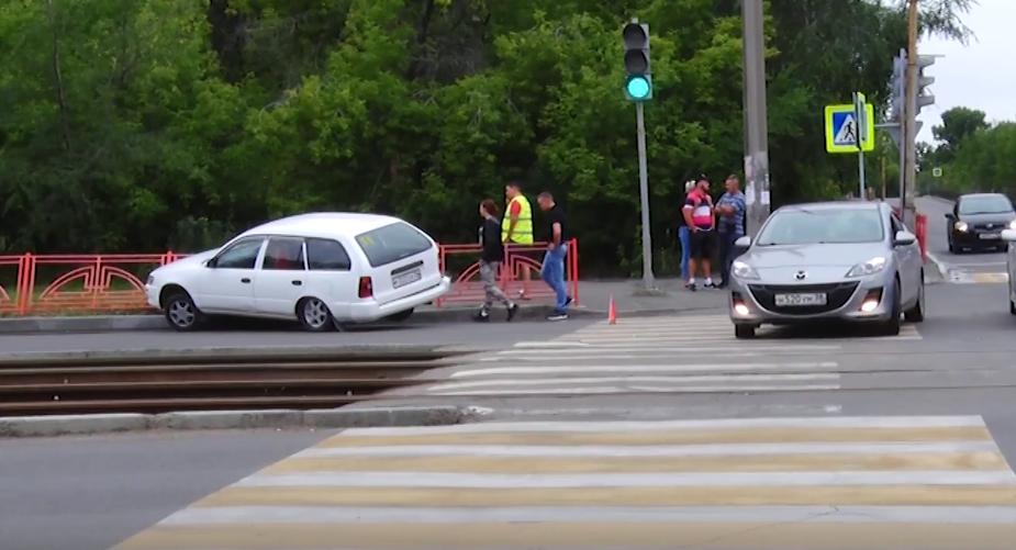 Автомобиль чуть не снёс пешеходов(видео)