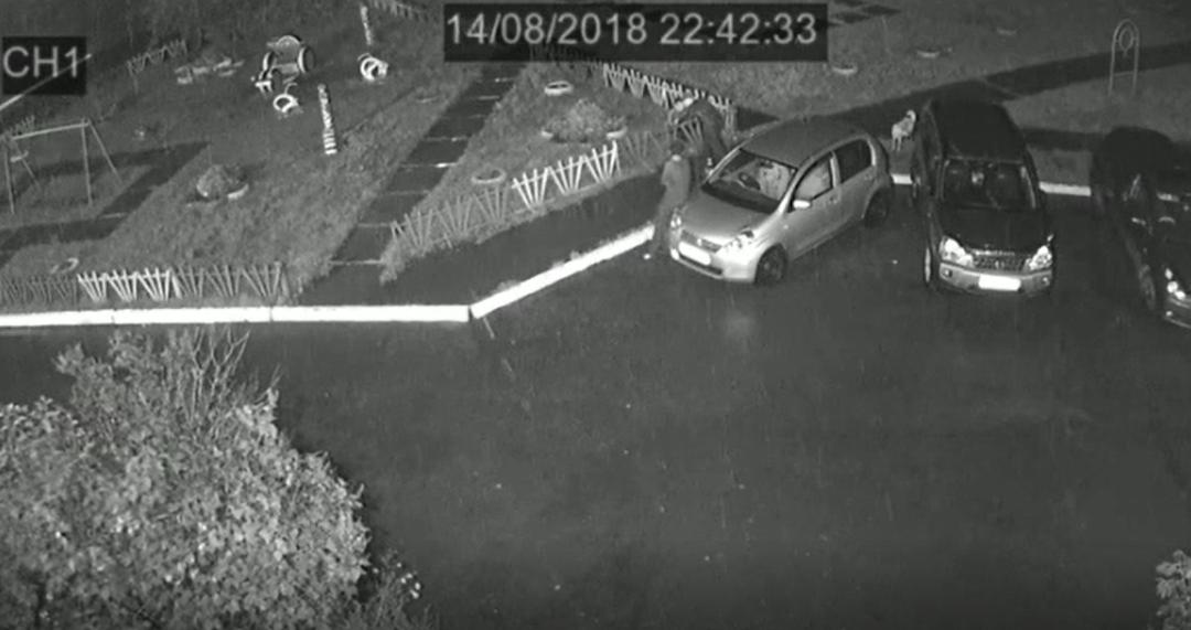 Внимание! Розыск хулиганов, повредивших автомобиль!(видео)