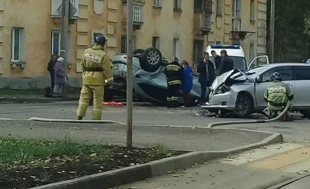 Два автомобиля столкнулись в Ангарске. Один от удара перевернуло на крышу(видео)