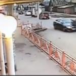 В Иркутске водитель сбил женщину с ребенком на переходе (видео момента ДТП)