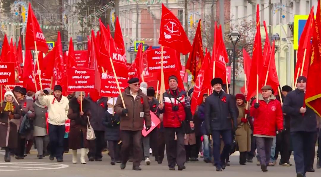 Красные флаги на главной площади Ангарска (видео)