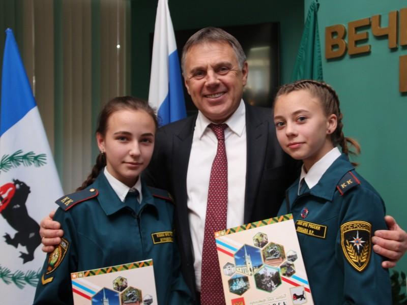 Мэр Сергей Петров вручил паспорта 45 юным ангарчанам