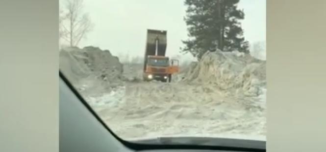 Снег с улиц Ангарска сваливают у дороги одного из СНТ города (видео)