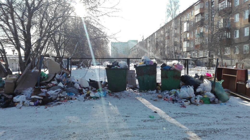 Жители Ангарска: «Наш квартал утопает в мусоре!» (+фото)