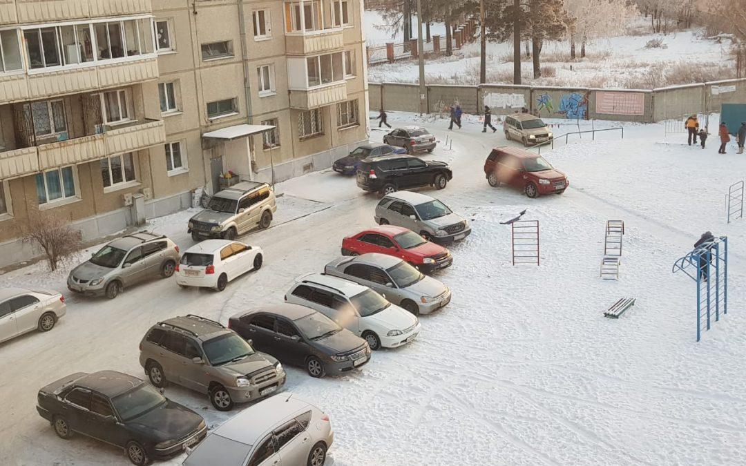 Автоапокалипсис в ангарском дворе: машины везде — тротуары, детская плошадка, газоны… (видео)