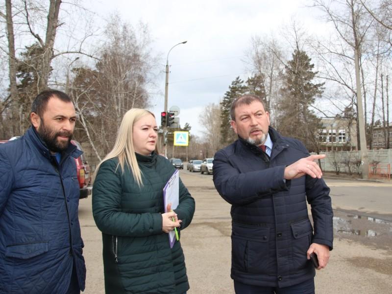 Заместитель мэра АГО проверил, как обновленные дороги и дворы пережили зиму