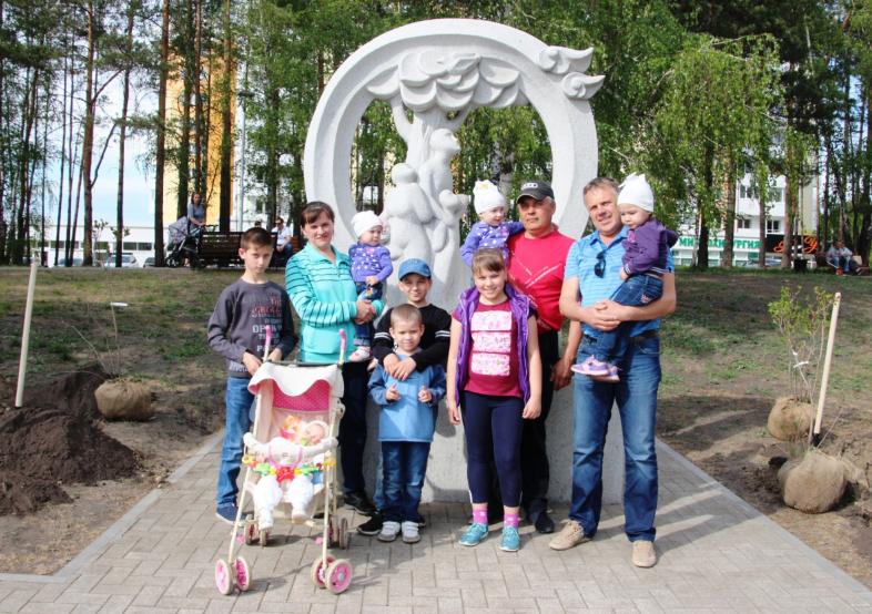 Более 60 саженцев высадили в сквере «Аистенок» в рамках проекта «Укоренись в Ангарске» 22 мая