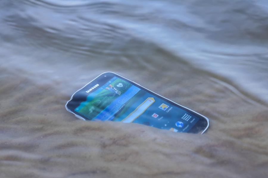 Ангарчанин уронил в Байкал Samsung Galaxy S8 и отсудил страховку за смартфон