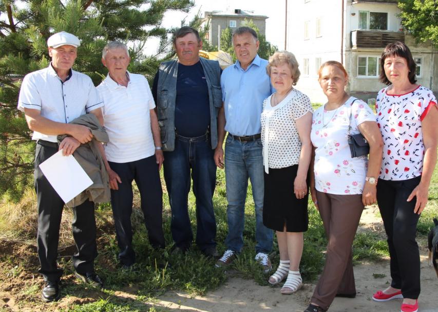 Юбилейная аллея и миллион рублей стали подарком от мэра Сергея Петрова жителям Мегета в честь 75-летия поселка