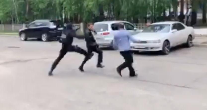 В Ангарске полицейские задержали подозреваемых в сбыте и хранении героина (видео задержания)
