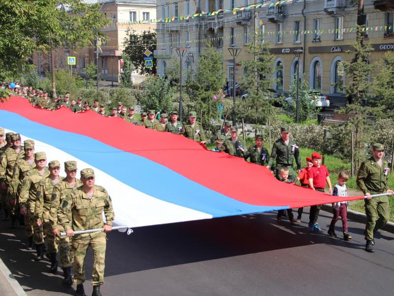 Шествием с 30-метровым полотнищем триколора традиционно отметили в Ангарске День российского флага