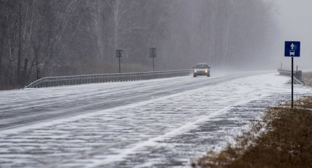 Новый способ борьбы со снегом на дорогах предложили в России.