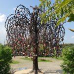 Свадебное дерево устанавливают в Ангарске — подарок горожанам от мэра Сергея Петрова.
