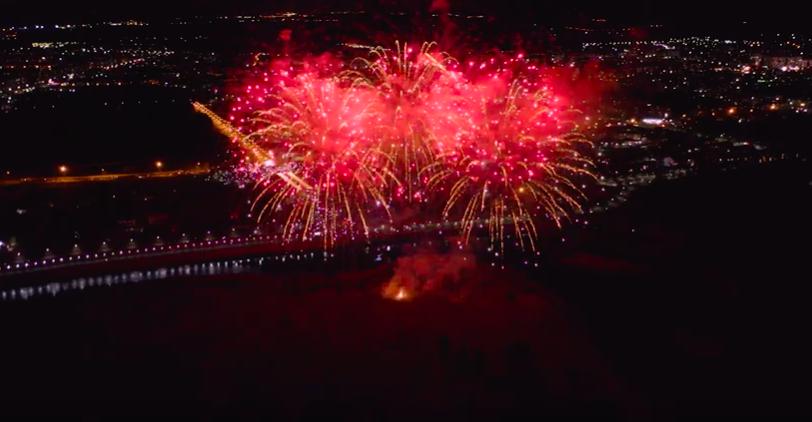 Салют в честь открытия набережной в Ангарске с высоты птичьего полета. Видео.
