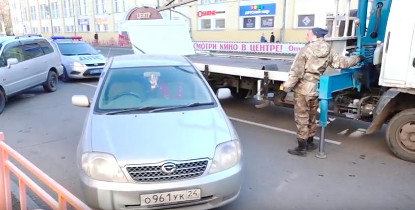 Возле 1-ой городской поликлиники в Ангарске не хватает парковочных мест.