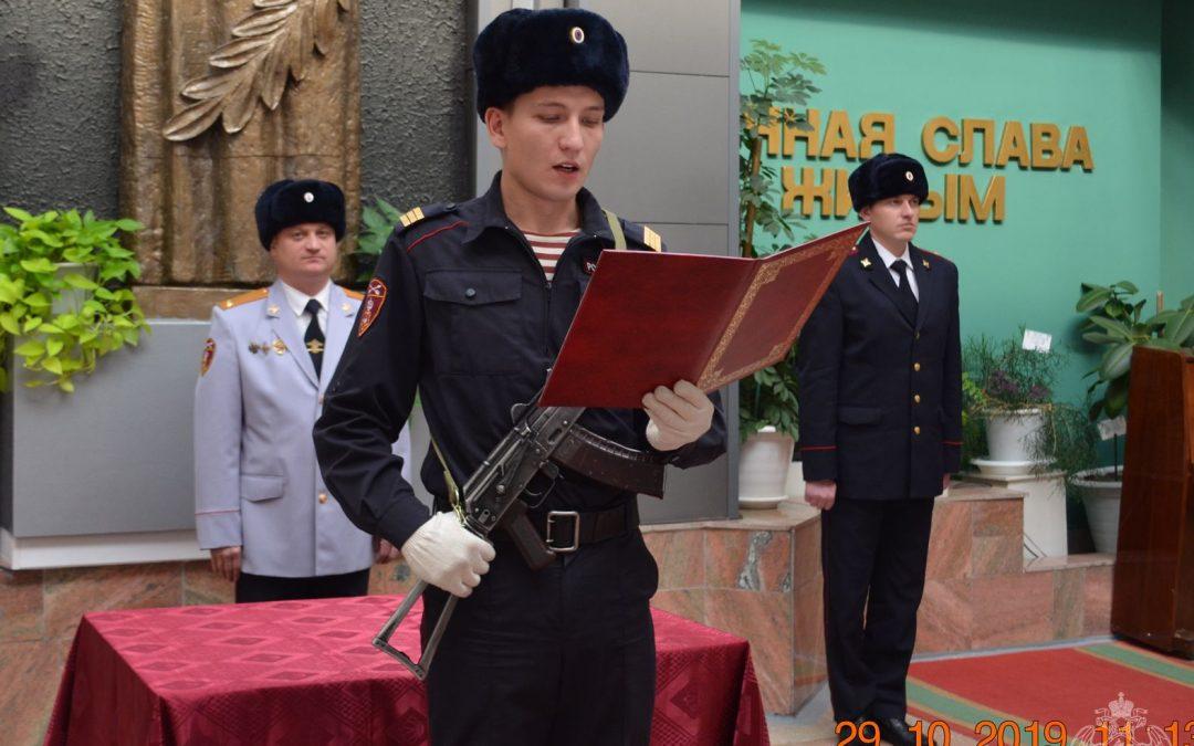 В Ангарске приняли присягу молодые сотрудники вневедомственной охраны Росгвардии.