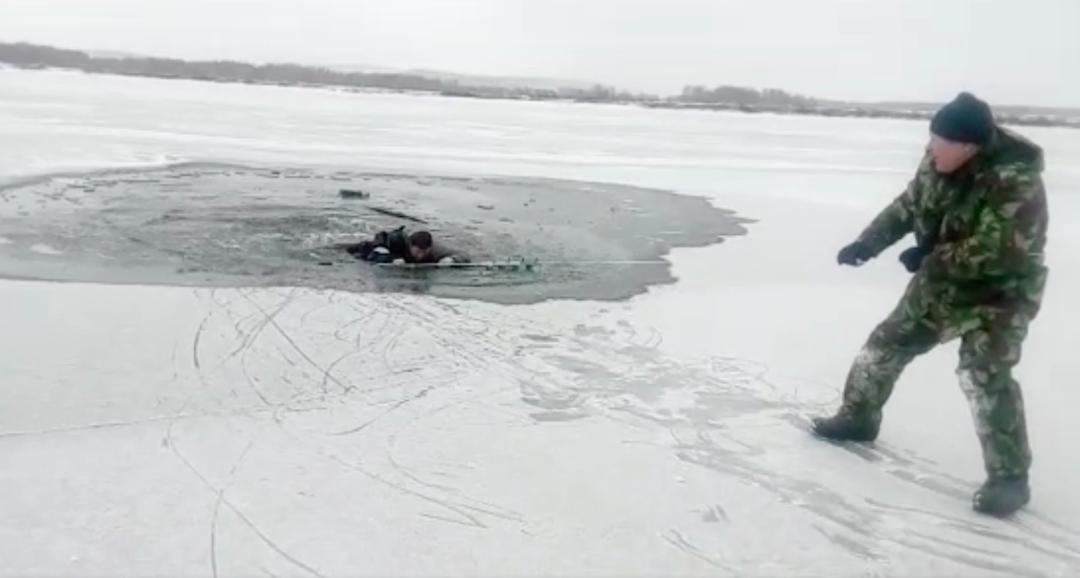 Ангарчане спасли мужчину, провалившегося под лед.