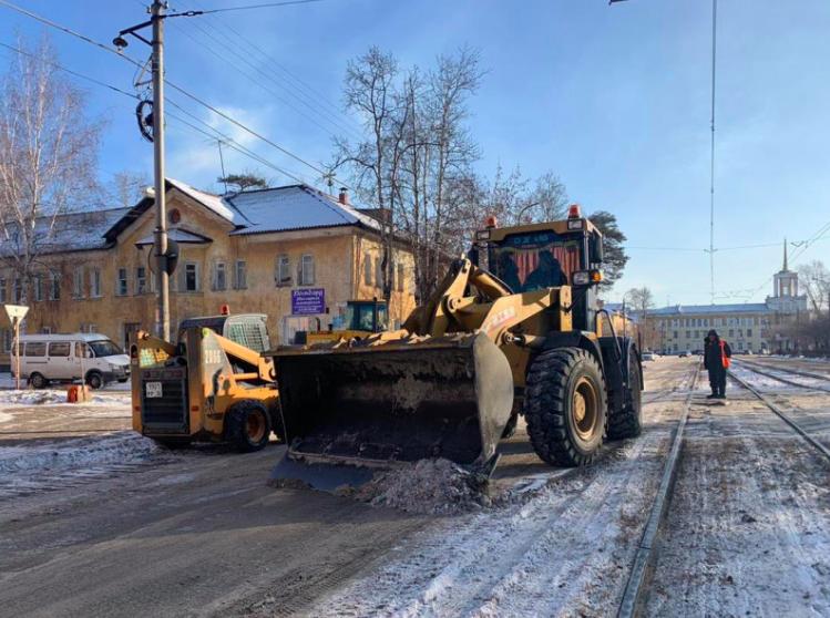 Муниципалитет потребовал от подрядчиков своевременно убирать снежную массу после обработки дороги солевым составом.