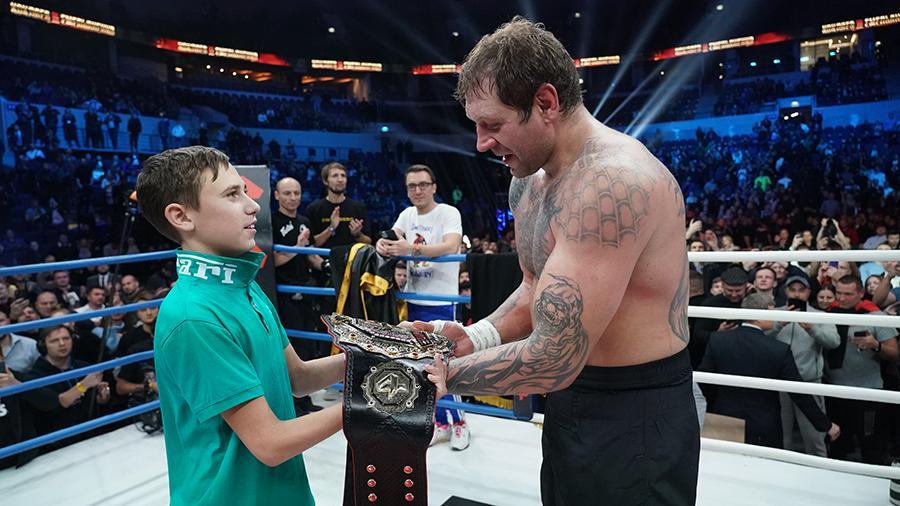 Школьник, спасший девочку от педофила, вручил чемпионский пояс Емельяненко.