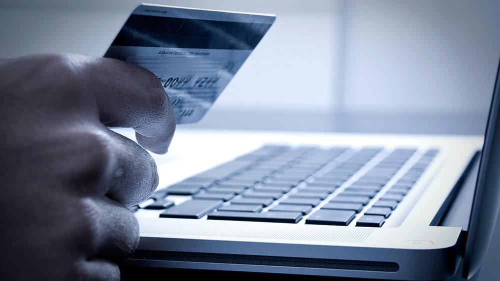 Полиция призывает быть бдительными, совершая покупки через интернет.