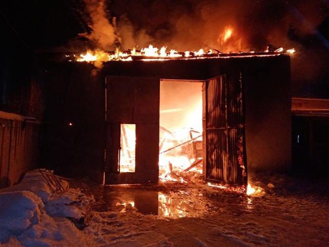 Гаражный бокс с двумя грузовиками сгорел в Ангарске.