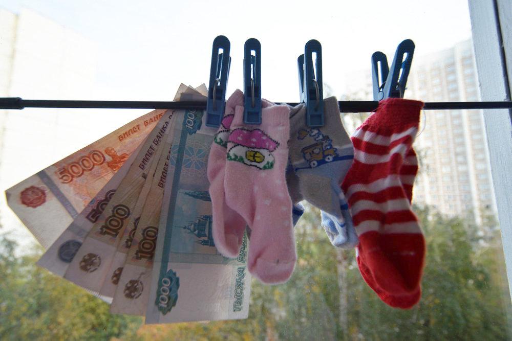 Семьи в Иркутской области начали получать по 450 тысяч рублей за рождение третьего и последующего ребёнка.