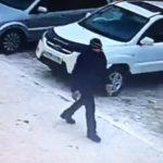 Полицейские разыскивают подозреваемого в разбойном нападении. Видео.
