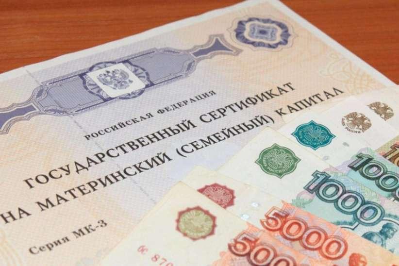 Путин поручил выплачивать маткапитал при рождении первенца.