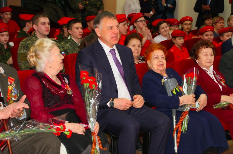 В Ангарске врио губернатора Игорь Кобзев и мэр Сергей Петров вручили ветеранам юбилейные медали.