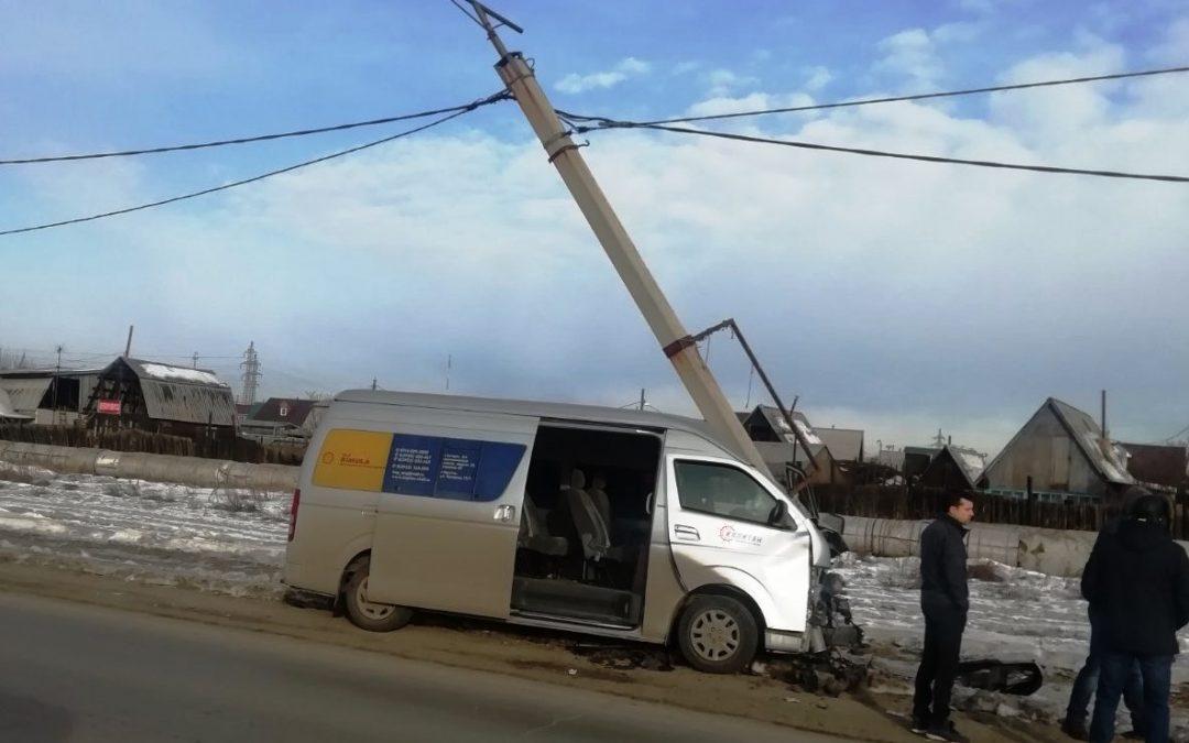 ДТП на ул. Декабристов — микроавтобус снёс столб (фото)