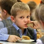 Школьникам получающим бесплатное питание выдадут наборы продуктов