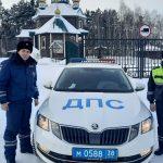 Сотрудники ДПС Иркутской области помогли дальнобойщику, съехавшему в кювет