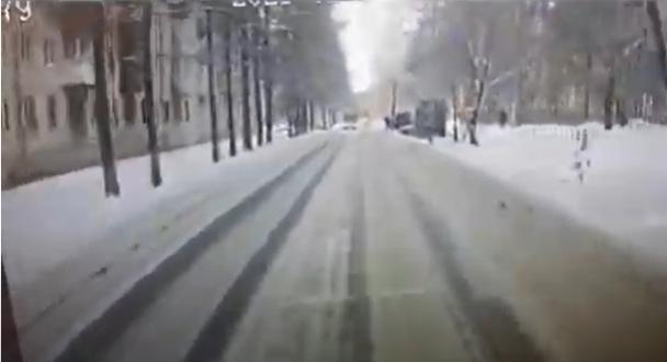 Момент ДТП, в котором автобус сбил пешехода в Ангарске (Видео)