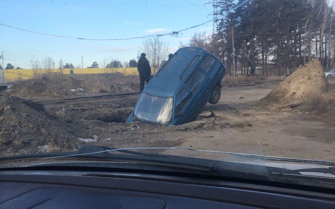 В Ангарске в яму провалилась машина. Видео.