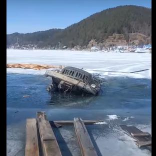 Второй грузовик в Листвянке ушел под лед (Видео)