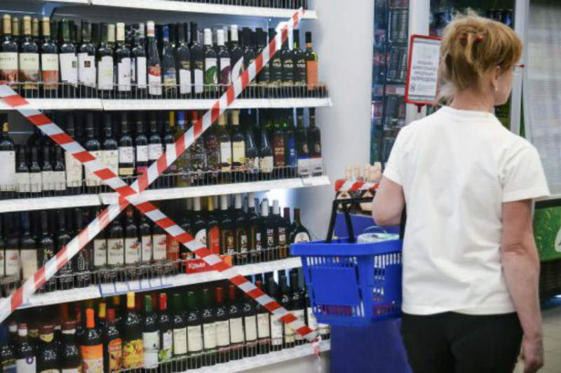 Роспотребнадзор опроверг сообщения о запрете продажи алкоголя в майские праздники.