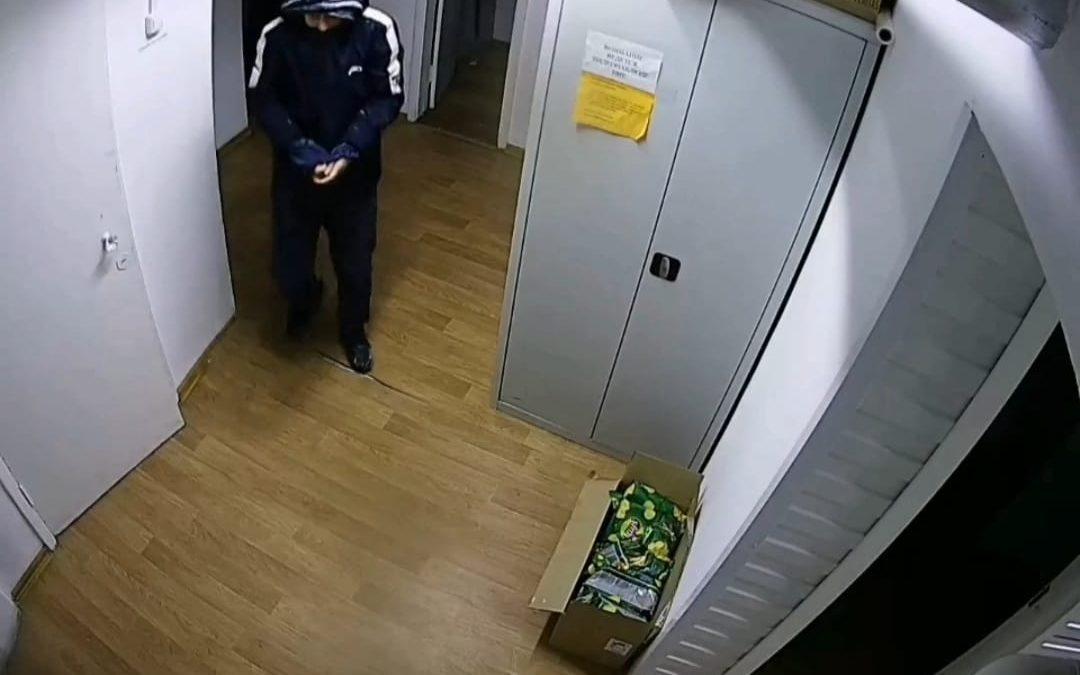 Полиция Ангарска разыскивает подозреваемых в краже товара из магазина продуктов. Видео.