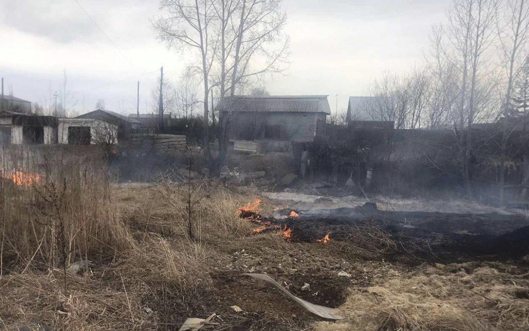 В Ангарске пожилой мужчина, сжигая траву на участке, получил ожоги рук.