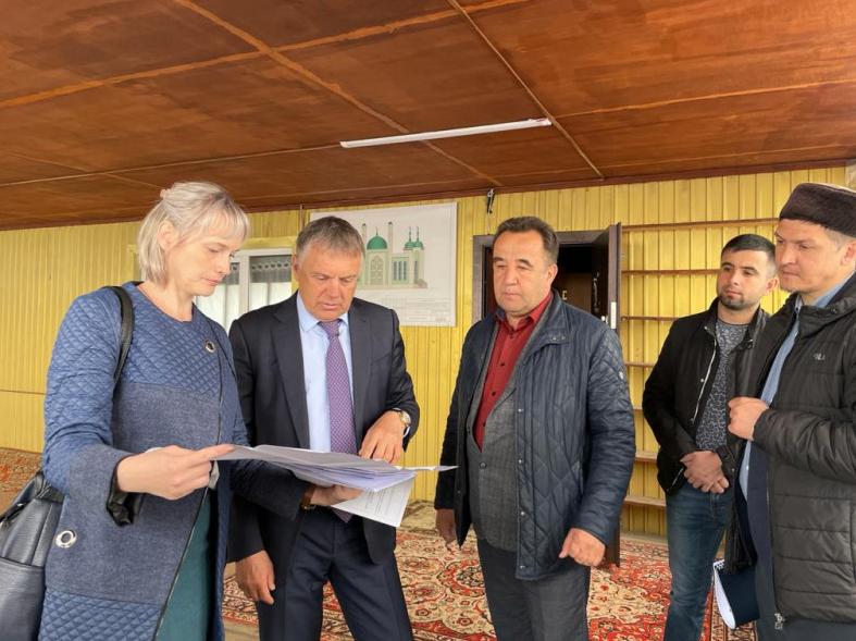 Мэр округа Сергей Петров побывал на месте строительства мечети.