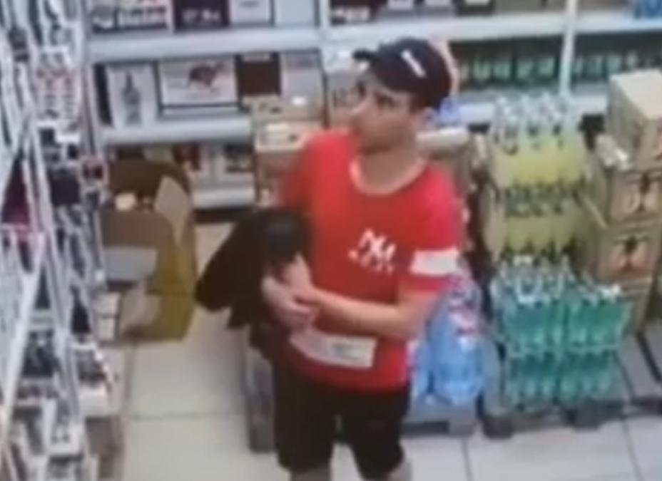 Полиция Ангарска разыскивает подозреваемого в краже табачных изделий. Видео.