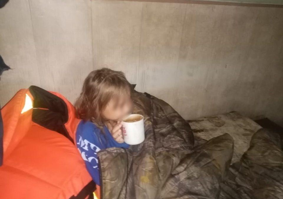 Пятилетнюю девочку нашли посреди озера на надувном круге в Забайкальском крае, ее родители бесследно исчезли.