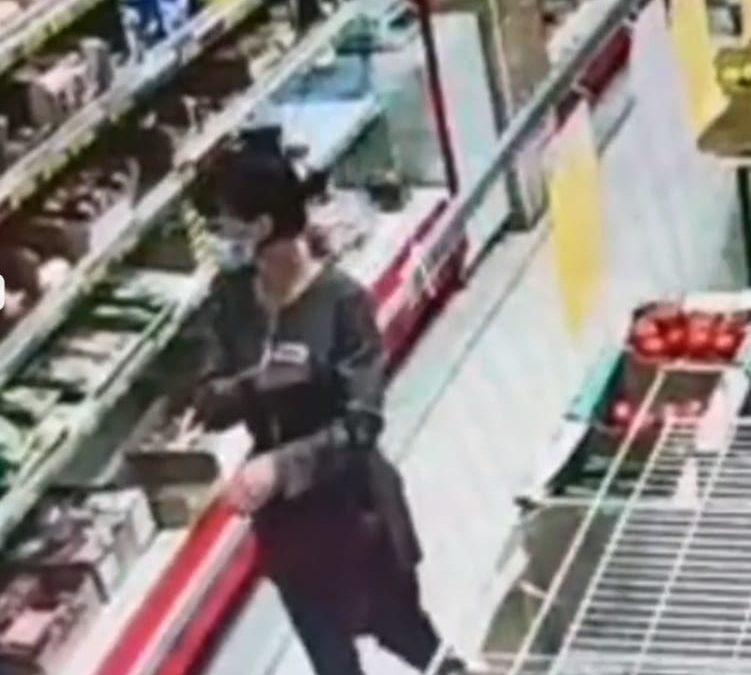 Полиция Ангарска разыскивает подозреваемую в краже продуктов (видео)