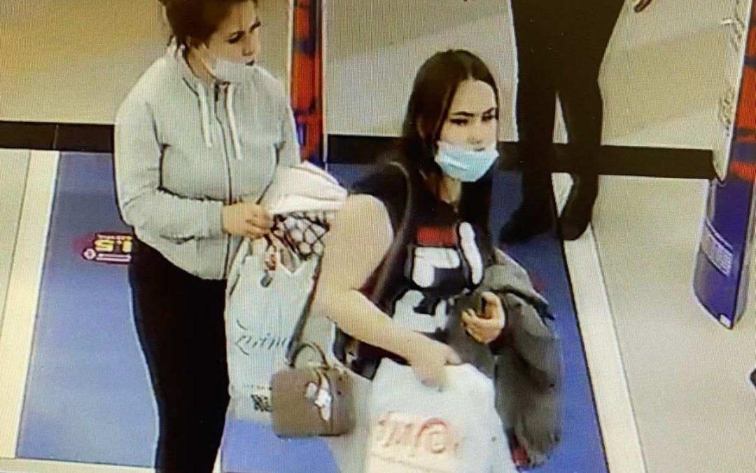 Полицейские разыскивают подозреваемых в краже одежды.