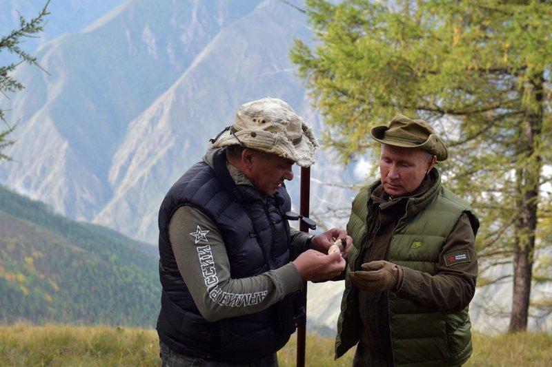 Владимир Путин сейчас отдыхает в Сибири в компании Сергея Шойгу.