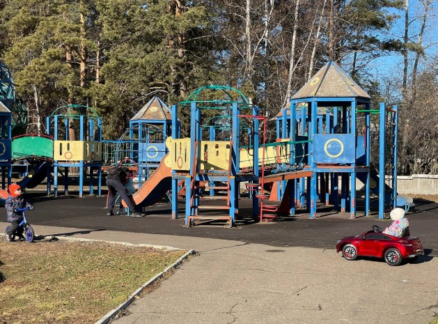 """В парке за ДК """"Современник"""" устанавливают новую детскую площадку"""